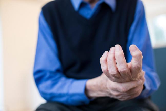 anziano con artrite al braccio sinistro farmajet