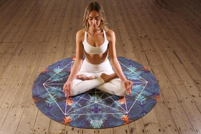 donna che fa yoga farmajet