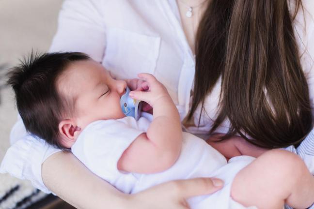 neonato con ciuccietto farmajet