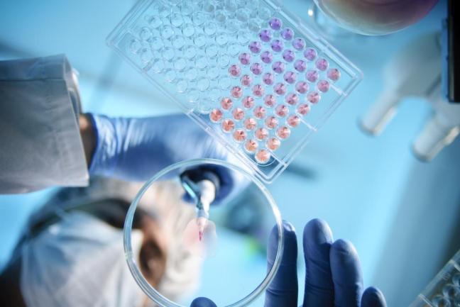 scienziato con dischi farmajet