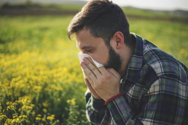 uomo con allergia farmajet