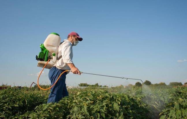 uomo con pesticidi farmajet