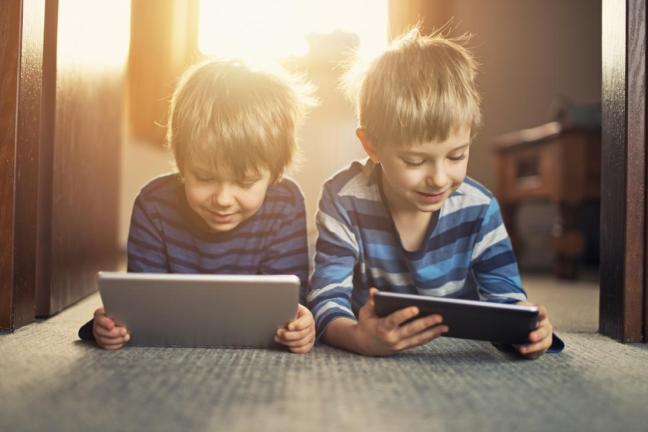 bambini con ipad.jpg