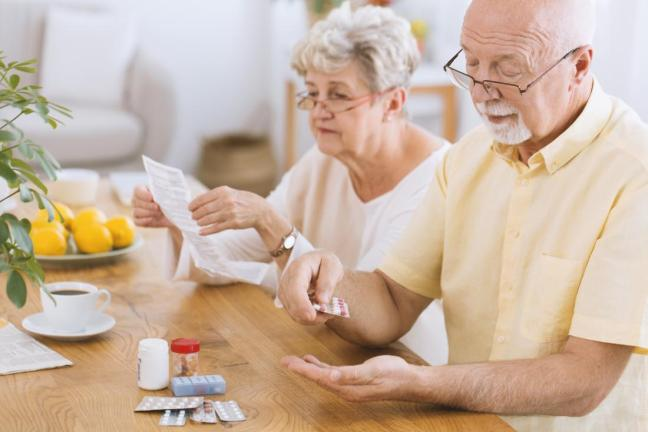 anziano che prende le medicine.jpg
