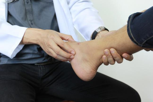 dottore che visita il piede.jpg
